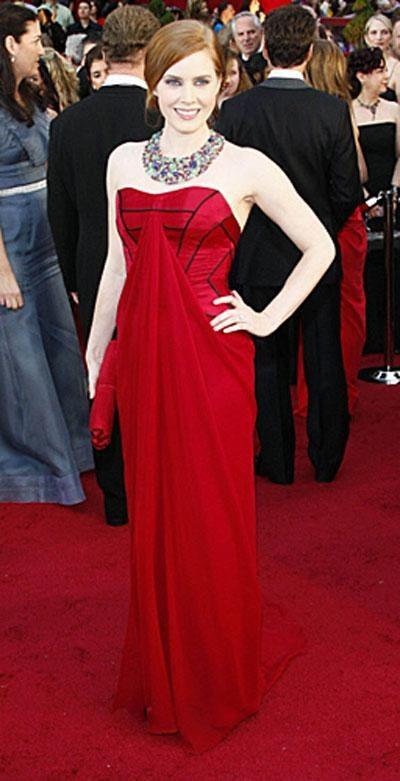 Номинантка на «Оскар» за роль второго плана в фильме «Сомнение» Эми Адамс в платье Carolina Herrera, украшениях от Fred Leighton.